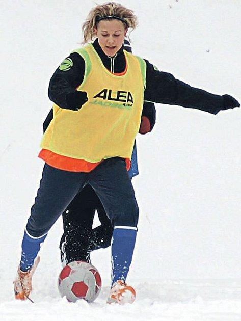 Zimní soustředění polykají tento týden fotbalistky karlovarských Buldoků ve fotbalovém areálu v Drahovicích.