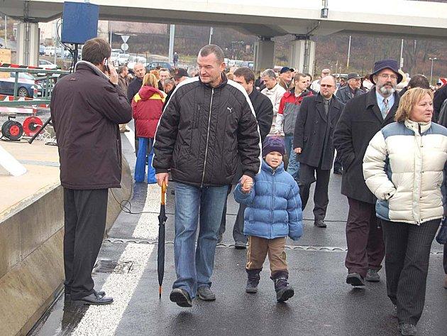 Karlovaráci se prošli po nově dokončeném mostě z Tuhnic do Rybář.