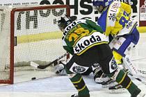 Spengler Cup, Davos vs. HC Energie. Petr Mudroch se snaží zabránit gólu domácího Reta von Arxe.