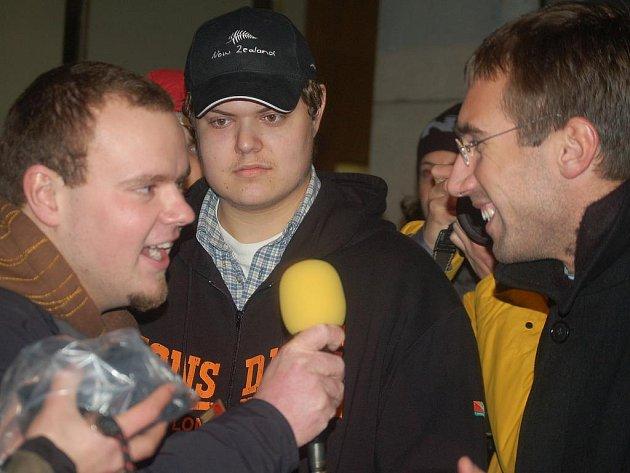 KONFRONTACE. Karel Zemek ze Západního projevu zpovídá Ronalda Němce (vpravo).