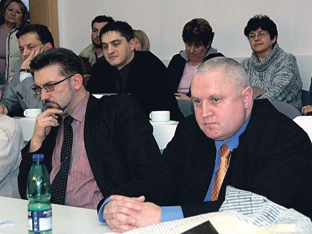 Kamil Kastner (vepředu vlevo) šéfoval chebské nemocnici za dob České zdravotní, s níž kraj kvůli stomilionové ztrátě neprodloužil smlouvu. Nyní má být Kastner, který byl z postu ředitele poté odvolán, členem skupiny, která má hospodaření KKN kontrolovat.
