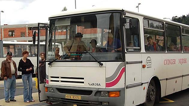 Cestující, kteří čekají na spoje na nejdeckém autobusovém nádraží, se mohou těšit z nových čekáren. (Ilustrační foto.)