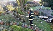 Hasiči zasahují na zahradě, kde se objevila rtuť.