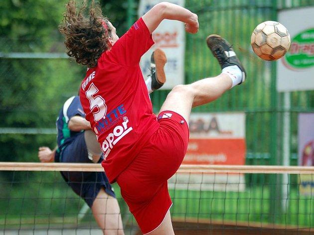 Karlovarská spanilá jízda hráčů SK Liapor Witte (v červeném) v nohejbalové extralize i nadále pokračuje. Tentokrát pokořili Karlovaráci na svém hřišti v Doubí Čelákovice (v modrém)