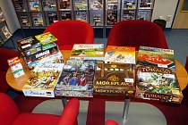 Projekt pohádková knihovna pomohl knihovně získat nová DVD, deskové hry i tematické výukové kufříky.