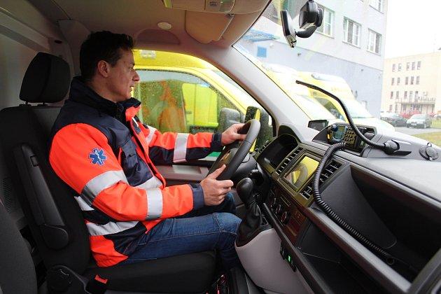 VE VOZOVÉM PARKU krajské záchranky by neměla sloužit sanitka, která by měla najeto více než 300000kilometrů. Iproto teď dostali záchranáři dalších pět nových automobilů.