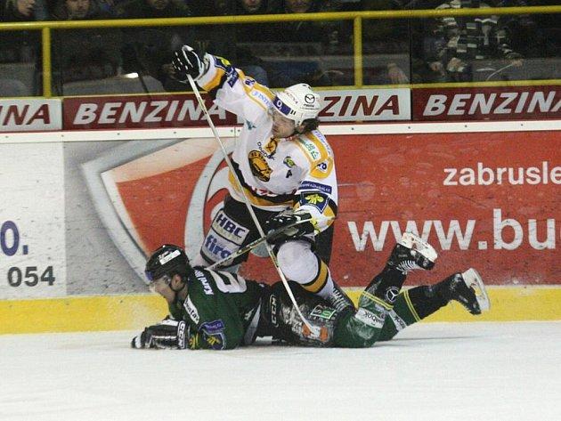 Hokejisté HC Benzina Litvínov (ve žlutobílém) hostili v pátek v rámci 48. kola extraligového hokeje tým HC Energie Karlovy Vary.