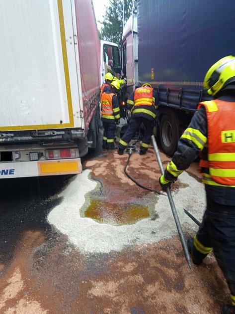 Hasiči museli zvozovky odklidit velké množství provozních kapalin.