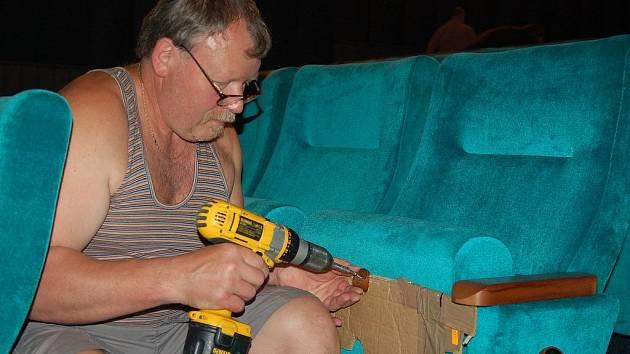 Sedačky pro koho? Nové sedačky v kině Čas zatím vyzkoušeli pouze návštěvníci MFF. Od té doby je kino uzavřené.