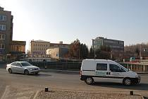 TÍM TO ZAČALO. Výstavbou kruhového objezdu U Solivárny odstartovaly Karlovy Vary svou novou éru v komunikacích. Řidiči si konkrétně tento nemohou vynachválit.