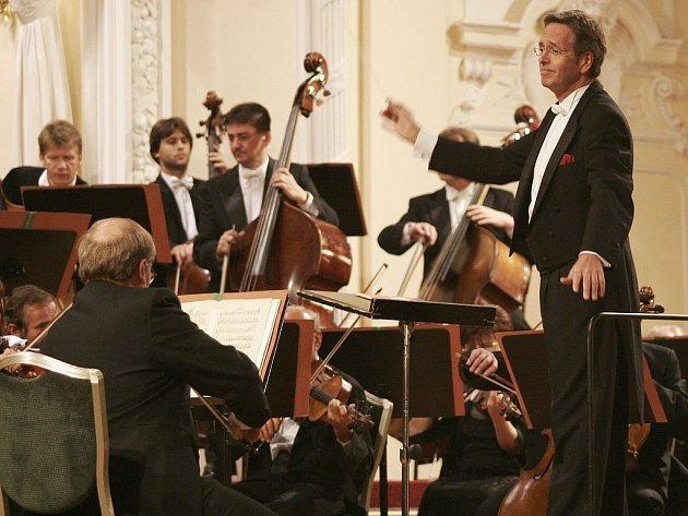 KARLOVARŠTÍ SYMFONICI. Karlovarský symfonický orchestr vždy na svých koncertech nabízí kvalitní skladby pro posluchače hudby. Nejinak tomu bude i dnes.