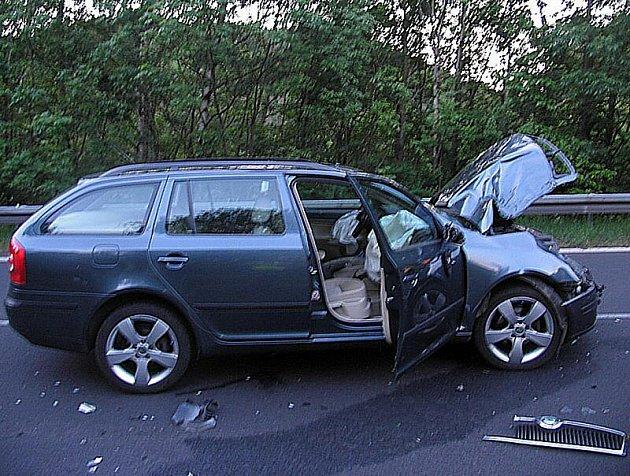 Při dopravní nehodě na silnici č. I/13 u BOče na Karlovarsku utrpěl těžké zranění motocyklista, který se srazil s osobním autem.