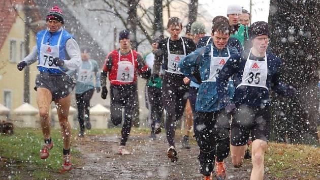 Vítr, déšť, sněžení. Za takových podmínek se v sobotu v ostrovském parku běžel hlavní závod mužů a veteránů na 8700 metrů. Na snímku vpravo vítěz můžů do 39 let Adam Kouba a zcela vlevo vítěz veteránů Karel Hellmich.