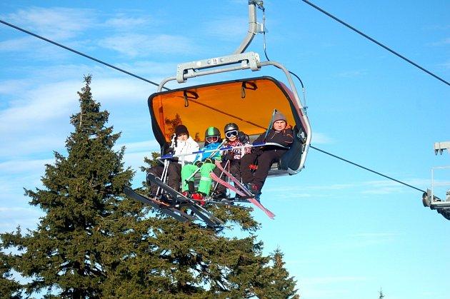 Na nejvyšším vrcholu Krušných hor Klínovci byly vprovozu dvě sjezdovky. Vyzkoušet si je přijeli nejen zkušení a ostřílení lyžaři, ale iúplní začátečníci.