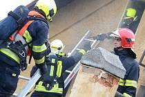 HASIČI zasahující při požáru domku v Dolním Rychnově.
