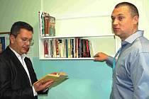 PRVNÍ knihovničky jsou už na svém místě. Nápad zaujal náměstka hejtmana Jakuba Pánika (vlevo) i ředitele KKN Josefa Märze.