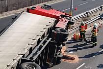 Převrácený kamion zablokoval průtah Karlovými Vary.