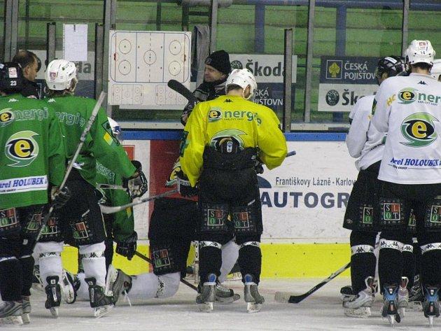 PŘÍPRAVA NA POSLEDNÍ BOJ! Hráči HC Energie se včera dopoledne sešli na poslední trénink před rozhodujícím finálovým zápasem dnes v Praze. Taktické pokyny uděluje trenér Venera.