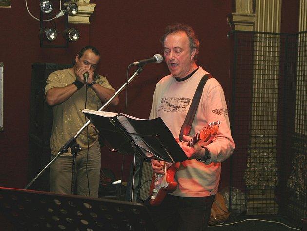 NESMRTELNÉ BLUES. Karlovarská kapela Hard Again už několik let úspěšně šíří a propaguje dílo bluesových velikánů. Nezapomíná však ani na vlastní písničky.