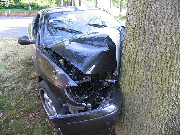 Pětadvacetiletý řidič pod vlivem alkoholu nezvládl svůj automobil a narazil do stromu.