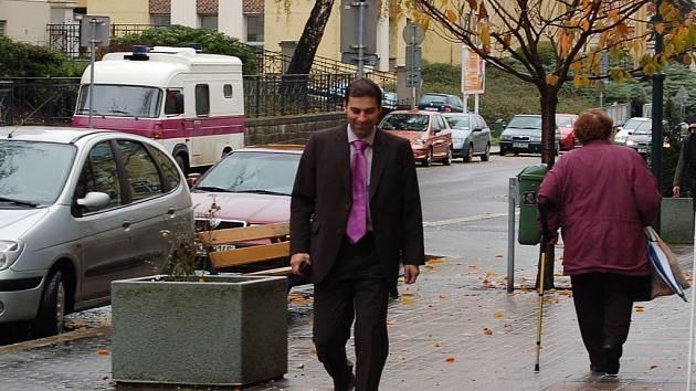 Z magistrátu do sídla ČSSD přicházel jako jeden z prvních na koaliční jednání náměstek karlovarské primátorky a zřejmě budoucí krajský radní Tomáš Hybner (ČSSD).