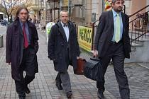 Doktoři vyjednávací tým, který ve čtvrtek rokoval v sídle ČSSD, obměnili. Tentokrát se na jednání dostavili Jan Hadrava, Jaroslav Žák a Dalibor Stach (zleva).