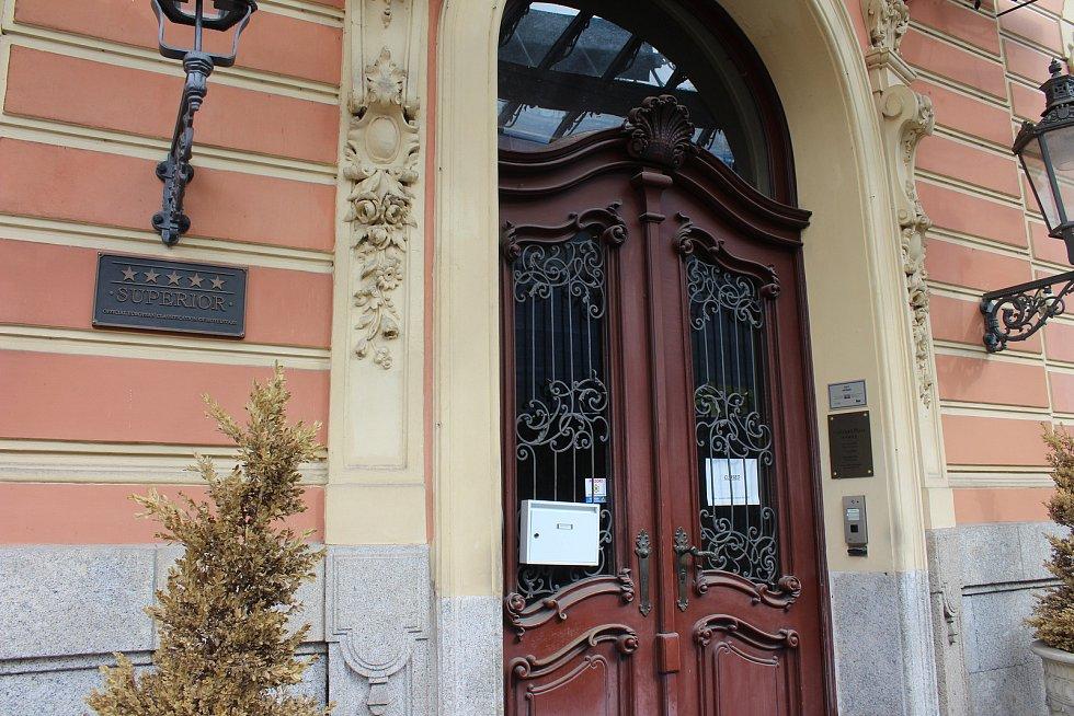 Zavřené obchody, hotely, ale i muzeum v karlovarském lázeňském území.