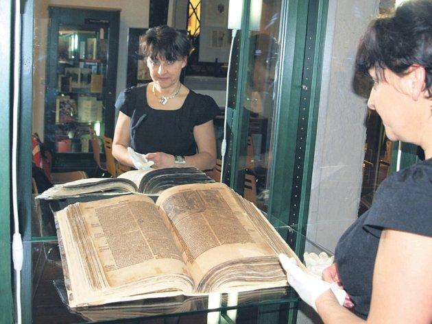 Krásně restaurovaný exemplář renesanční Bible Melantrichovy představila na zahájení loketské výstavy vedoucí oddělení konzervátorství a restaurátorství na Střední průmyslové škole grafické v Praze Milana Vanišová.
