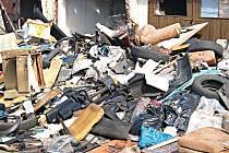 RÁJ HLODAVCŮ. Hory odpadků, které zabírají desítky metrů čtverečních. To je smutný stav garáží v Rosnicích u Karlových Varů. Radnice je ovšem bezradná.Deník/Jan Havelka