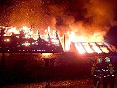 V Děpoltovicích shořela střecha stodoly