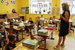 V Karlovarském kraji se včera otevřely žákům desítky škol. Na některé z nich museli rodiče i s dětmi přijít s rouškami. Například ve 2. základní škole v Chebu však roušky povinné nebyly. Lidé si je ale mohli nasadit dobrovolně.