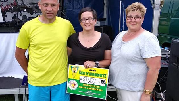 Rudolf Káva (vlevo) předal v rámci slavnostního vyhlášení šek na 10.000 Kč nadačnímu fondu Šance školáčkům.