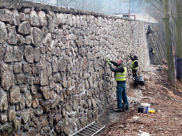 Pro zachování Staré pražské je nutné důkladně vyspravit rovněž opěrné zdi. Právě jim se v současnosti věnují dělníci. Jak bude oprava postupovat dále a co bude se silnicí, to se teprve ukáže.