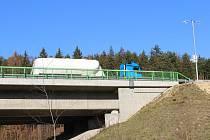 Jeden ze tří mostů na dálnici D6, kde už je rozmrazovací zařízení instalováno.