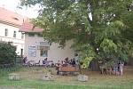 NETRADIČNÍ rozloučení s prázdninami mohli zažít ti, kteří v sobotu zavítali do zámku ve Valči. Konala se tu Netopýři noc, kdy členové Správy Chráněné krajinné oblasti Slavkovský les připravili především pro děti zajímavý program, po setmění pak všem předs