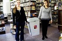 Volební místnost bude i v karlovarské městské knihovně, která má proto v pátek zavřeno. Mezi regály už přinesly urnu knihovnice Kateřina Šimůnková a ředitelka Andrea Jandová (zleva).