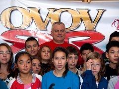 Olympijský vítěz v desetiboji Robert Změlík besedoval s žáky ostrovské základní školy.