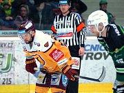 Hokejisté HC Energie (v zeleném) hostili Jihlavu. Filip Seman