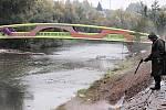 Lávka přes řeku Ohři spojující rekreační areál Meandr a Varyádu.
