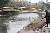 NOVÁ LÁVKA přes řeku Ohři, spojující rekreační areál Meandr a Varyádu, je hotová. Posledními úpravami prochází terén kolem přemostění a do konce týdne je naplánována kolaudace. Pokud při ní bude vše v pořádku, lávka bude pro veřejnost otevřená.