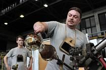 Výroba křišťálových glóbů pro Mezinárodní filmový festival v Karlových Varech.
