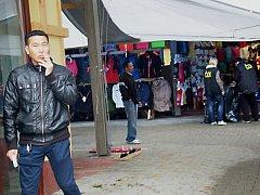 ČESKÁ OBCHODNÍ INSPEKCE si v pátek posvítila na chebskou tržnici Dragoun. A byla úspěšná. Ve skladech našla padělky oblečení, kabelek či peněženek.