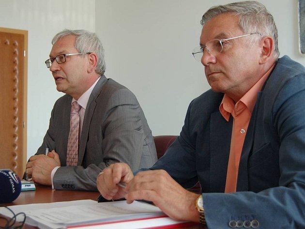 Necítí odpovědnost. Hejtman Josef Pavel (ODS) a uvolněný radní pro zdravotnictví Jiří Mutinský (ODS) za alarmující výsledky hospodaření KKN necítí žádnou odpovědnost.