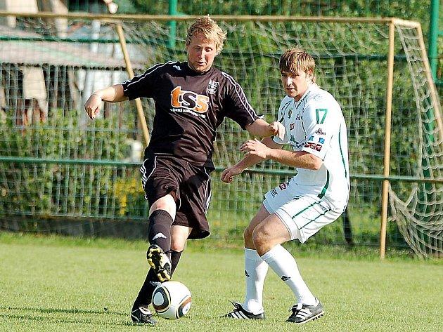 V přátelském fotbalovém utkání v rámci letní přípravy změřili své síly hokejisté HC Energie Karlovy vary (v bílém) s týmem I. B třídy KSNP Sedlec (v černém). Nakonec se z výhry 4:1 radovali hokejisté Energie.
