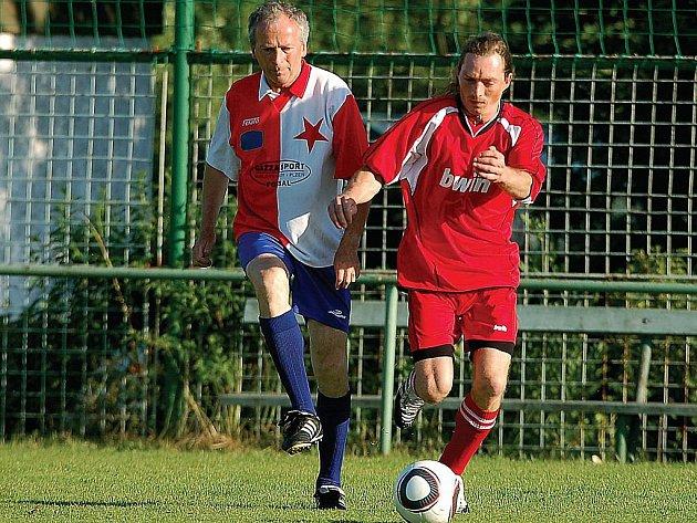 Záložník Jiří Diviš (vlevo), hráč Slavie Karlovy Vary, vstřelil na píseckém turnaji tři parádní branky. Tím také přispěl na jihu Čech k celkovému vítězství karlovarské Slavie na tomto turnaji.