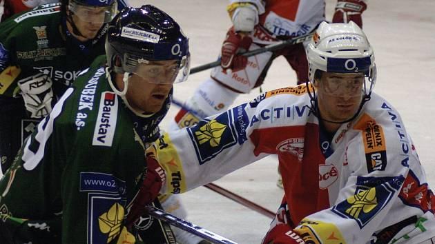 Útočníci Jakub Bauer (vlevo) a Roman Červenka sváděli v nedělním zápase nelítostné souboje.