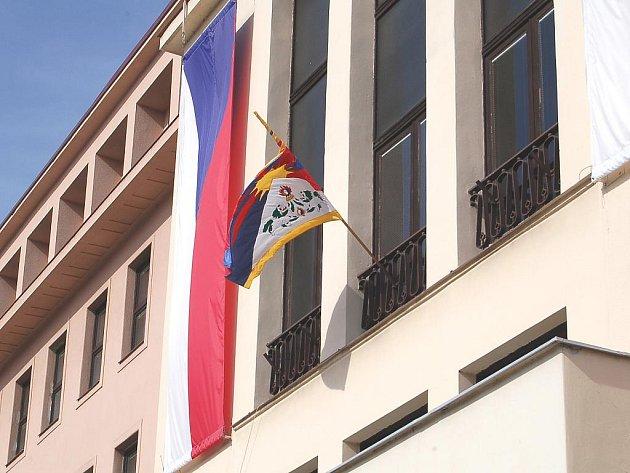 Vlajka pro Tibet na karlovarském magistrátu.