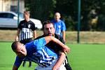 Ostrovskému FK (v modrém) se vstup do podzimní části Fortuna Divize B nepovedl, když  si výhru 1:0 odvezl Brandýs nad Labem (v černém).