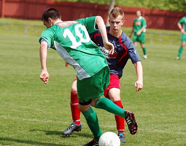 V šestadvacátém pokračování krajského přeboru si na své konto připsali hráči karlovarské Lokomotivy (v zeleném) důležité vítězství 3:1 v rámci derby nad týmem Staré Role (v modrém).