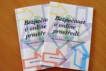 POZNATKY A NÁVODY vyplývající z realizovaných kurzů byly shrnuty v této brožuře, která byla v rámci projektu vydána a je k sehnání v knihovnách po celém kraji.